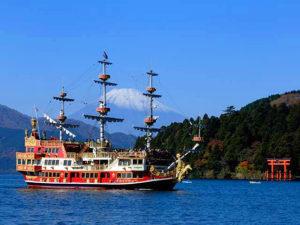 芦ノ湖の海賊船と富士山