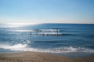 七里ガ浜海岸のサーファーたち