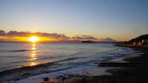 箱根の山へ沈みゆく夕日