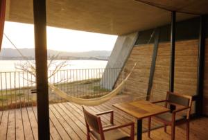 比良の山並みと夕日に照らされた琵琶湖