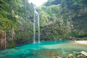 エメラルドグリーンに染まる雄川の滝