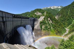 虹がかかる黒部ダムの放水