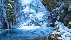 凍りついた払沢の滝