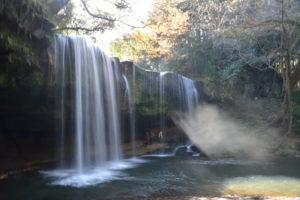 木漏れ日に照らされた鍋ヶ滝