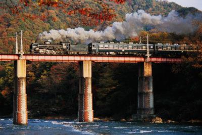 荒川橋梁を渡るSLパレオエクスプレス