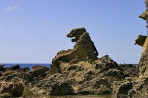 秋田県男鹿半島のゴジラ岩