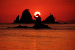 大田子海岸 男島、女島の間に沈んでいく夕日