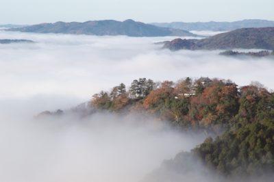 朝霧に包まれた備中松山城