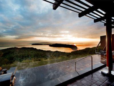 インフィニティ風呂から眺める友ヶ島に沈む夕日