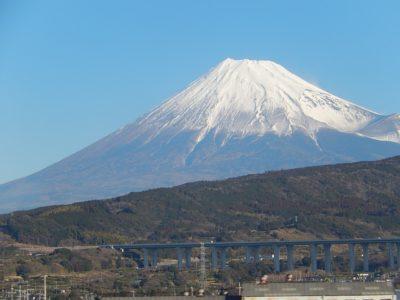 新幹線から富士山を見る