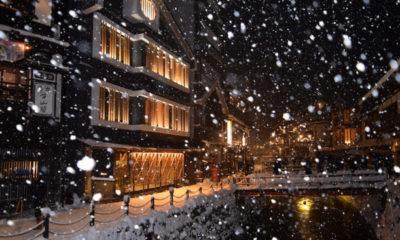 雪が舞い散る銀山温泉
