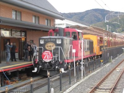 トロッコ嵯峨駅に停車中のトロッコ列車